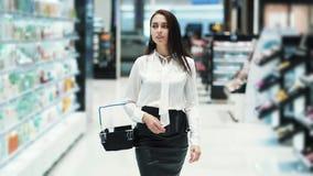 美女在有篮子的,慢动作,被射击的steadicam化妆用品商店努力去做 股票录像