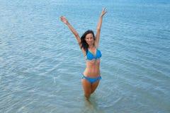 美女在泳装的,假期概念绿松石海 免版税库存照片