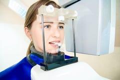 美女在牙齿X线体层照相术里 牙齿处理 免版税图库摄影