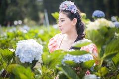 美女在花园里 图库摄影