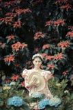 美女在花园里 免版税图库摄影