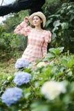 美女在花园里 库存照片