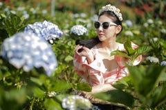 美女在花园里 免版税库存照片
