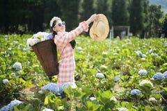 美女在花园里 免版税库存图片