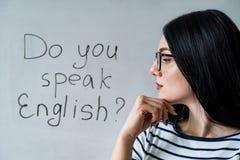 美女档案戴眼镜的和词您讲英语 免版税库存照片