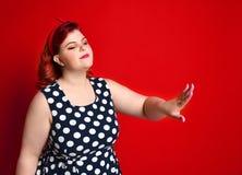 美女画报在减速火箭的礼服和构成的样式画象,修指甲钉子手、红色口红和圆点礼服 库存照片