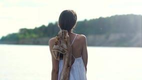美女画象有围巾的被编织入在海洋背景的头发  股票录像