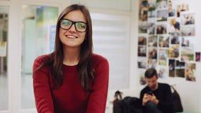 美女画象玻璃的为照相机,美女微笑在办公室 影视素材