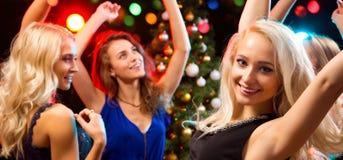 美女获得乐趣在圣诞派对 库存照片