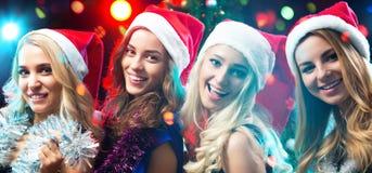 美女获得乐趣在圣诞派对 免版税库存照片