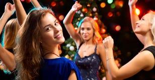 美女获得乐趣在圣诞派对 库存图片