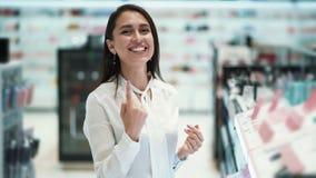 美女顾客笑和微笑在化妆用品购物,慢动作 股票录像