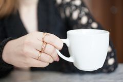 美女饮用的咖啡早晨 免版税库存照片