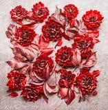 美好创造性红色秋天花和叶子布局组成 花卉秋天样式,平的位置 库存照片