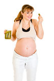 美好吃腌制怀孕的微笑的妇女 库存照片