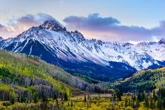 美好和五颜六色的科罗拉多落矶山脉秋天风景 Mt Sneffels在日出的圣胡安山 库存照片