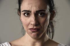 美好和哀伤妇女哭泣绝望和沮丧与在她的遭受痛苦的眼睛的泪花 图库摄影