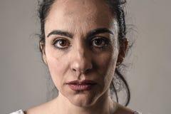 美好和哀伤妇女哭泣绝望和沮丧与在她的遭受痛苦的眼睛的泪花 免版税图库摄影