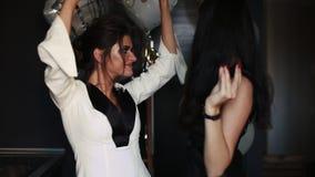 美好和时兴的女傧相和新娘跳舞和有乐趣 股票录像