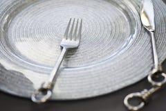 美好和时髦的婚礼桌设定 免版税库存照片