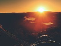美好唤醒在岩石 睡觉本质上在睡袋的 从岩石峰顶的看法 库存照片