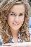年轻美好女学生微笑 免版税库存图片