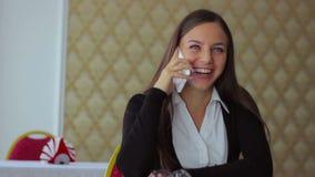 年轻美好女孩商人跑遥远 股票视频