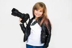 美好女孩纵向微笑 有镜子照相机的一个孩子 库存照片