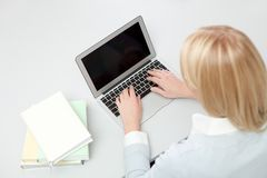 美好女孩膝上型计算机学员学习 库存照片