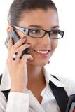 美好女实业家移动电话微笑 免版税图库摄影
