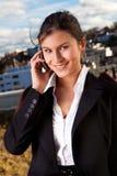 美好女实业家移动电话联系 免版税库存照片