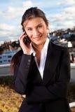 美好女实业家移动电话联系 免版税图库摄影