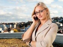 美好女实业家移动电话联系 库存图片