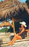 美好女性放松在日落期间sunbed的 库存图片