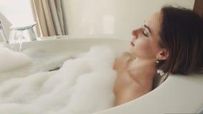 美好女性放松在浴 影视素材