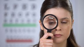 美好女性看通过放大镜,基底考试,核对 股票录像