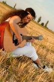 美好妇女使用gitar 库存照片