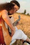 美好妇女使用gitar 免版税库存照片