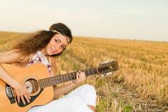 美好妇女使用gitar 免版税库存图片