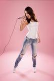 美好妇女唱歌 免版税图库摄影