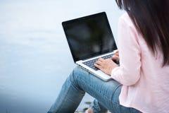 年轻美好妇女工作室外在一个公园 免版税库存照片
