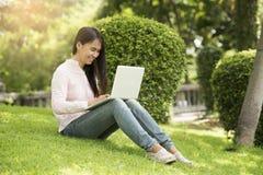 年轻美好妇女工作室外在一个公园 免版税库存图片