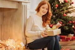 美好妇女打开在圣诞节早晨 免版税库存照片