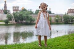 美好害羞女孩走室外在湖附近 免版税图库摄影