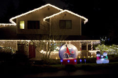 美好家庭房子圣诞灯点燃 图库摄影