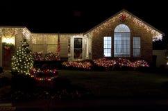 美好家庭房子圣诞灯点燃 免版税库存照片