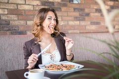 美好少妇吃健康在餐馆 库存照片