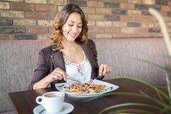 美好少妇吃健康在餐馆 图库摄影