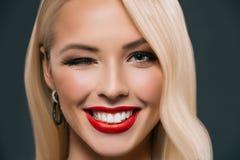 美好微笑的白肤金发妇女闪光 免版税库存照片