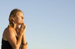 美好成熟妇女祈祷 免版税库存照片